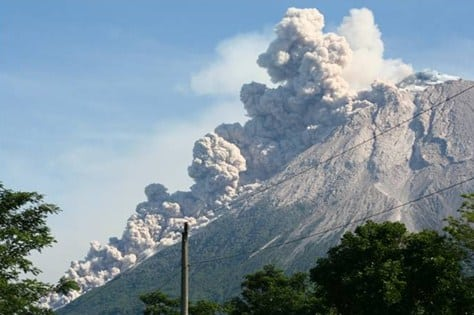 Aktivitas gunung berapi menghasilkan gas SO2